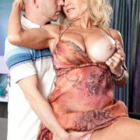 Mature blonde babe Cara Reid freeing big granny pornstar tits before sex