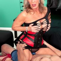 Hot granny pornstar Phoenix Skye seducing sex from younger man in sexy lingerie