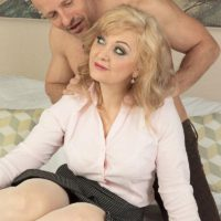 Mature blonde lady Veronique giving blowjob after receiving relaxing massage