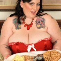 Big boobed SSBBW Glory Foxxx sucking cock while eating breakfast in bed