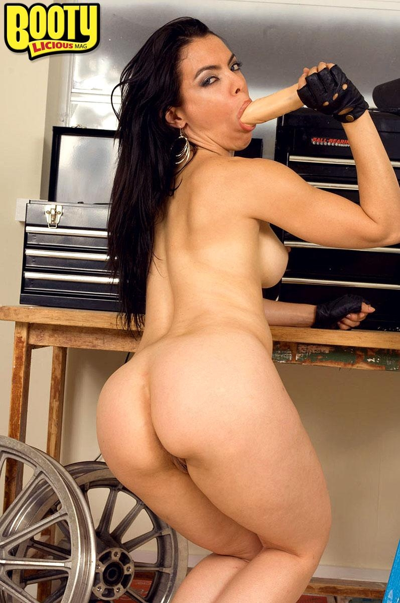 Latina solo model Dede Lopez unveils her big booty as she strips naked
