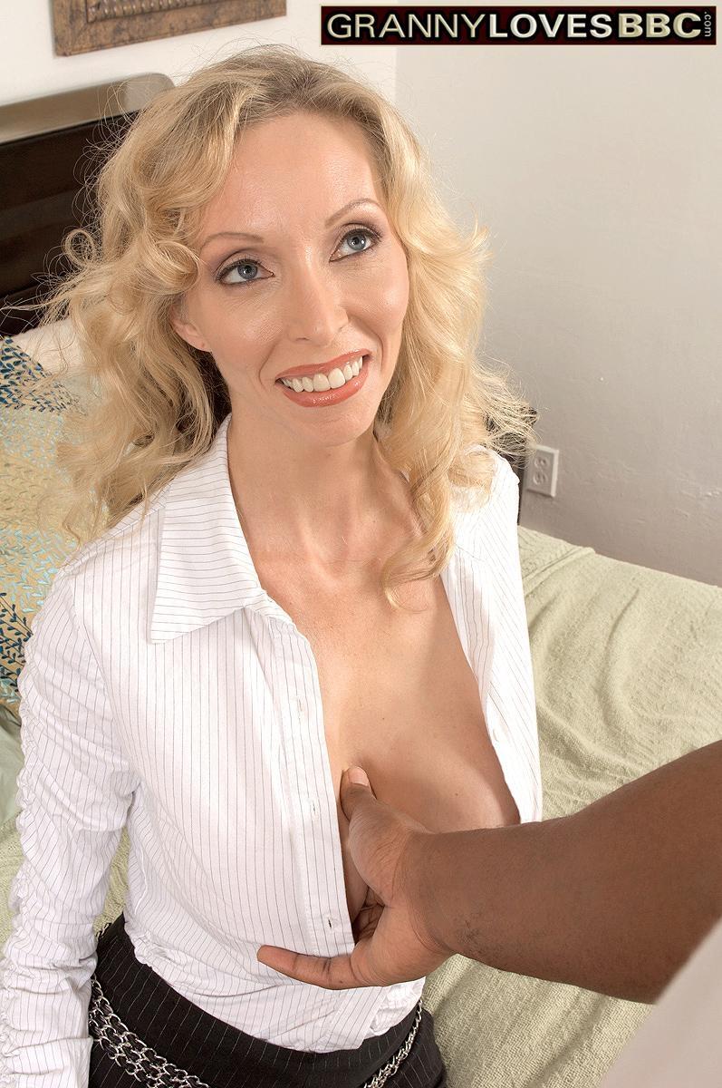 Hot mature woman Ophelia Vixxxen sucks and fucks a big black dick