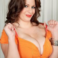 Chubby female Jessica Roberts is undressed and seduced by her masseur