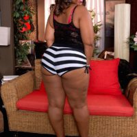 Thick black woman Lareina shows her her big bubble butt in a thong and high heels
