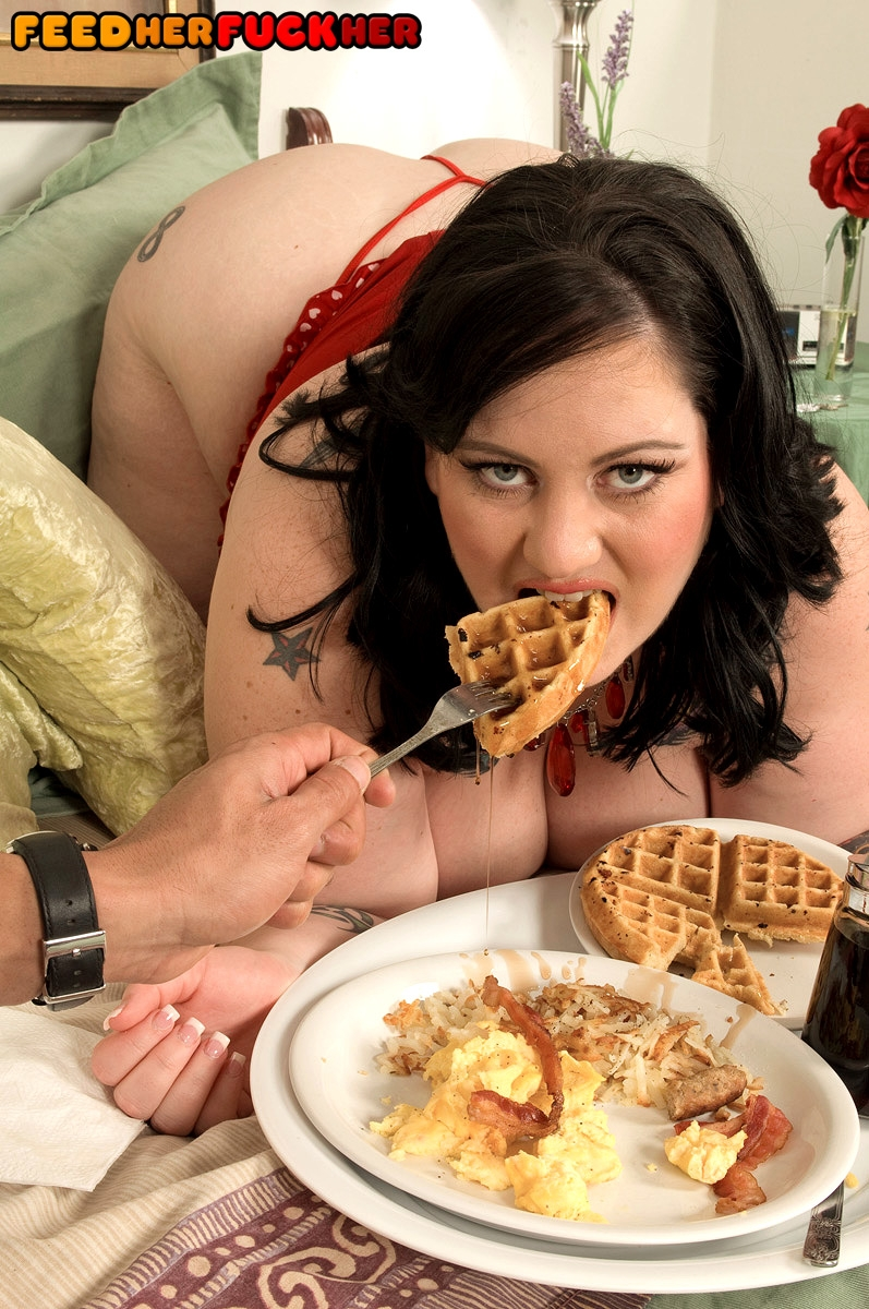 SSBBW Glory Foxxx engages in oral and vaginal sex while eating a big breakfast