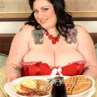 Brunette SSBBW Glory Foxxx eats a big breakfast prior to sucking and fucking a dick